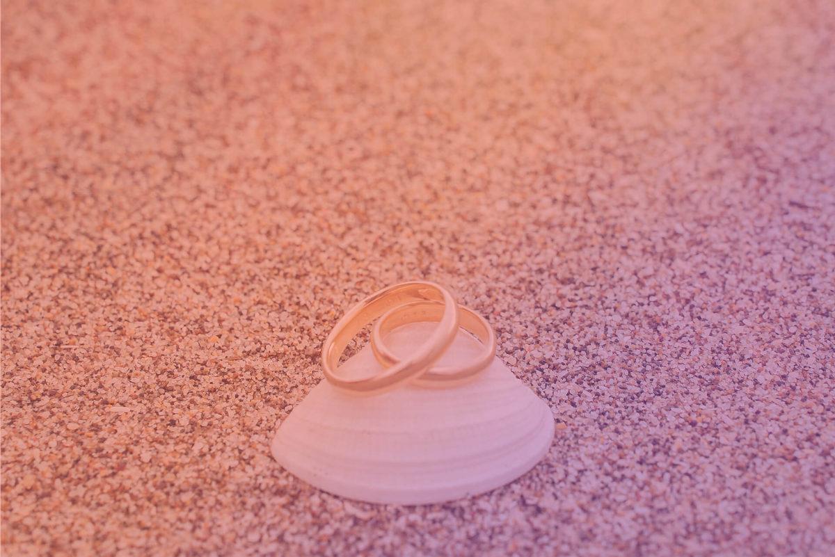 fotografía anillos de matrimonio playa arena